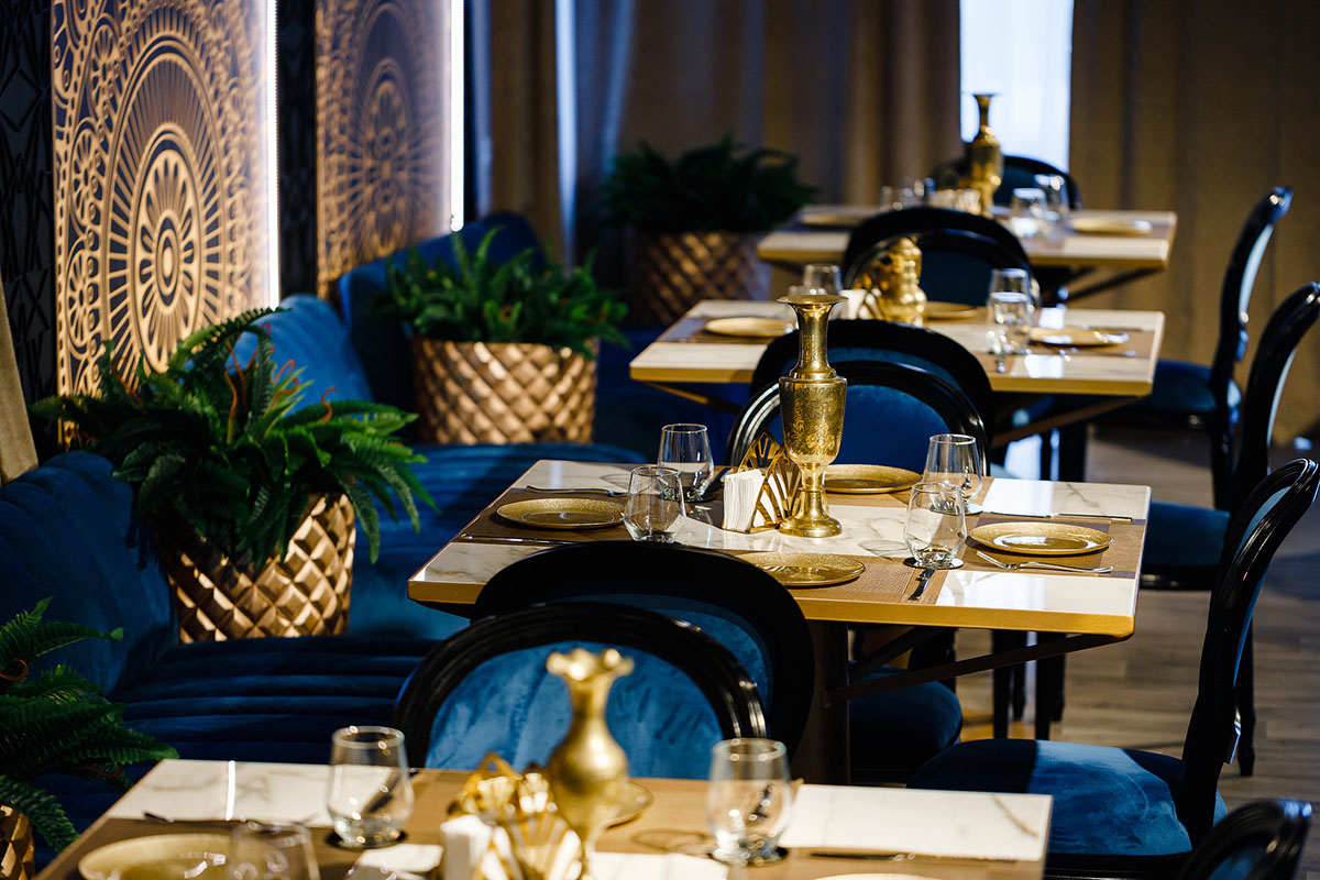 Interior design in shades of blue and gold