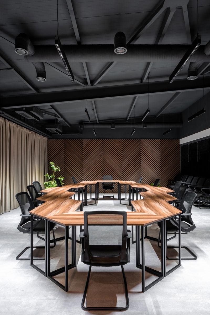 O amenajare interioara a unei sali de conferinta, permite participantilor sa se simta confortabil pentru un lucru eficient.