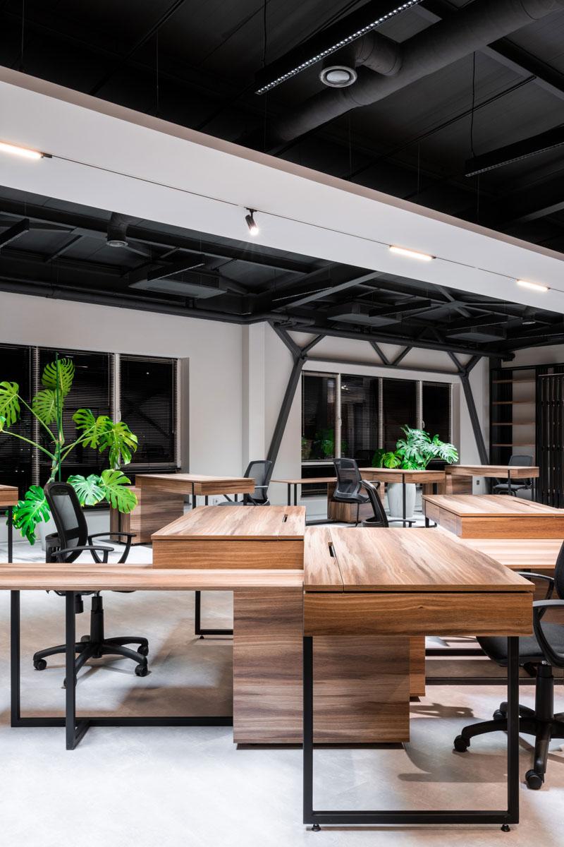 Oficiu in Chisinua, amenajare cu mese din lemn si scaune confortabile in culoare negru. Proiect de la ab+partners