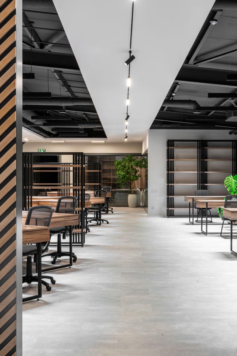 Birou open space, design de interior confortabil, in combinatie de culori gri si negru. Ab+partners